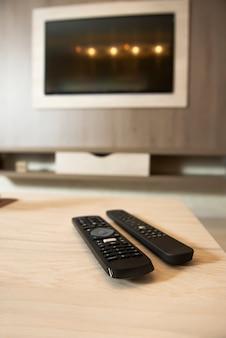 Smart tv in een houten wand in een gezellig appartement