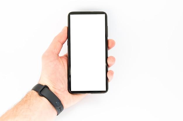 Smartphone bij mannenhand op een witte achtergrond
