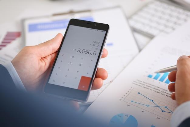 Smartphone-calculator en financiële statistieken over infographics