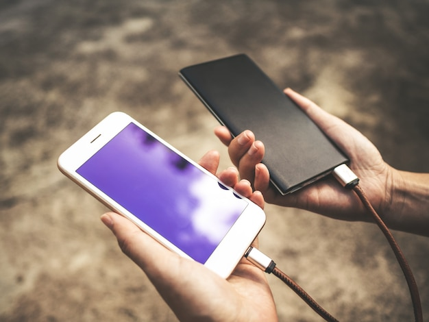 Smartphone die batterij van externe machtsbank laadt