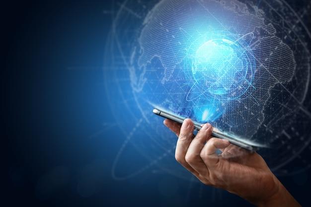 Smartphone en hologram planeet aarde nieuwe technologie. globalisering, netwerk, snel internet, nieuwe communicatietechnologieën. kopieer ruimte gemengde media.