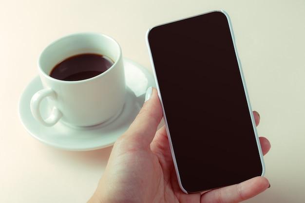 Smartphone en koffie op de tafel