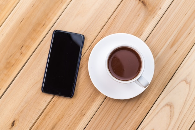 Smartphone en koffie