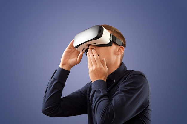 Smartphone gebruiken met vr-bril. man met virtual reality-bril. virtuele realiteit vandaag.