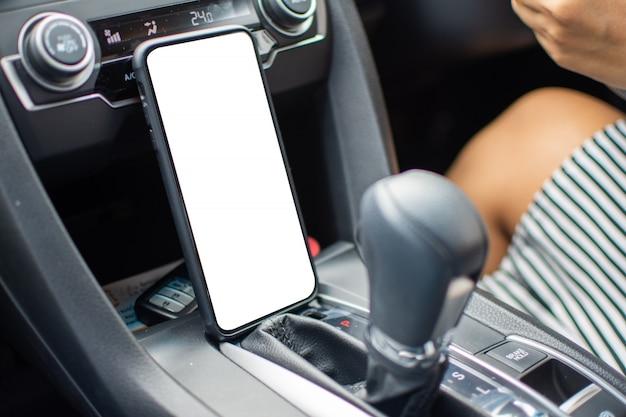 Smartphone in de auto voor open kaart en voor reizen. onderwerp is wazig.