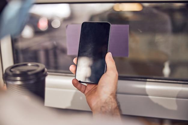 Smartphone in de hand van een man close-up