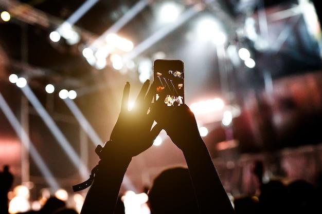 Smartphone in de handen van de vrouw op de show