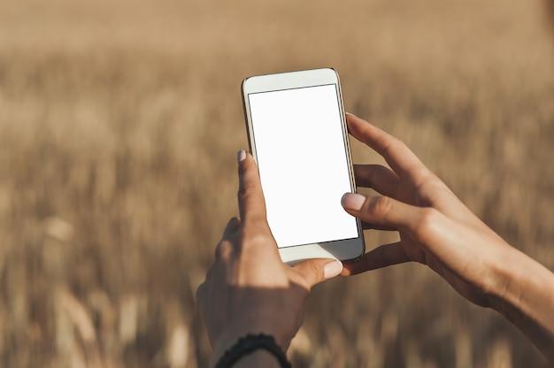 Smartphone in de handen van het meisje