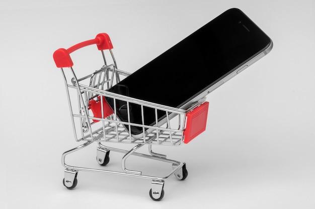 Smartphone in een winkelwagentje