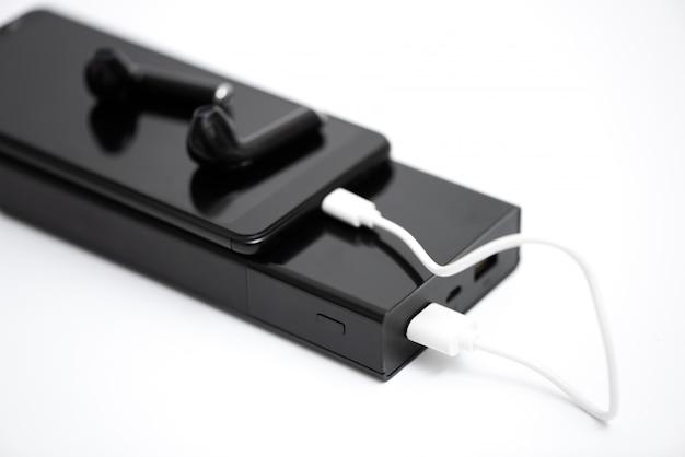 Smartphone, koptelefoon en powerbank.