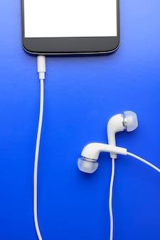 Smartphone met aangesloten hoofdtelefoon