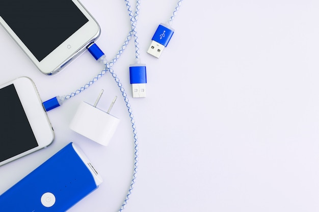 Smartphone met batterij en oplaadkabel voor smartphone