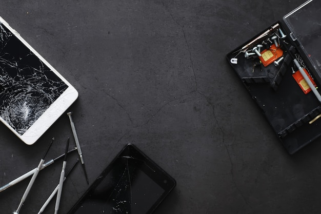 Smartphone met een gebroken touchscreen. mobiele telefoon is kapot. de telefoon is gecrasht. het vervangen van gebroken glas op een mobiele telefoon. smartphone reparatie.