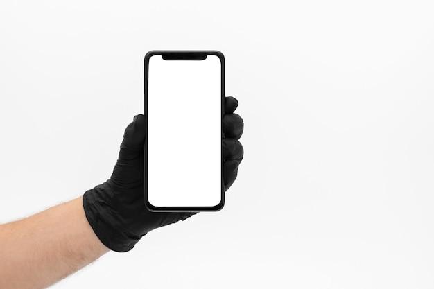 Smartphone met een notch en een wit scherm in de hand