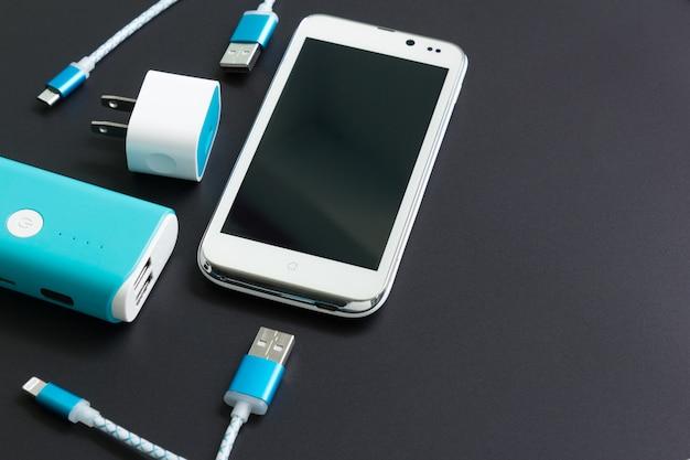 Smartphone met usb-kabels