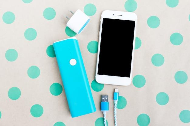 Smartphone met usb-oplaadkabel en accubank in bovenaanzicht