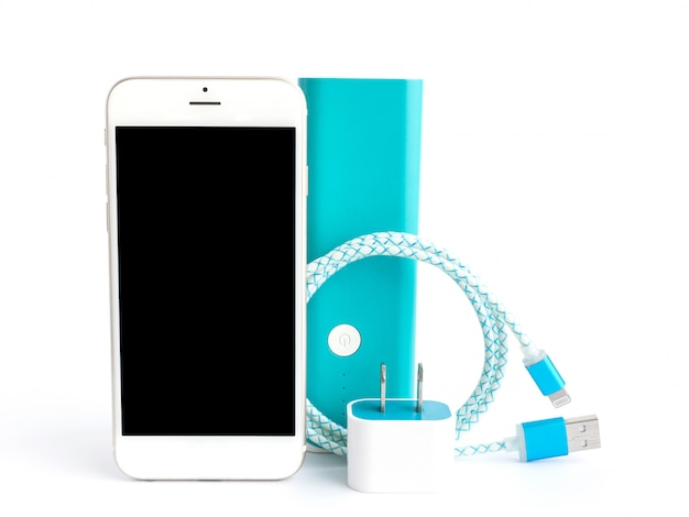 Smartphone met usb-oplaadkabel en accubank