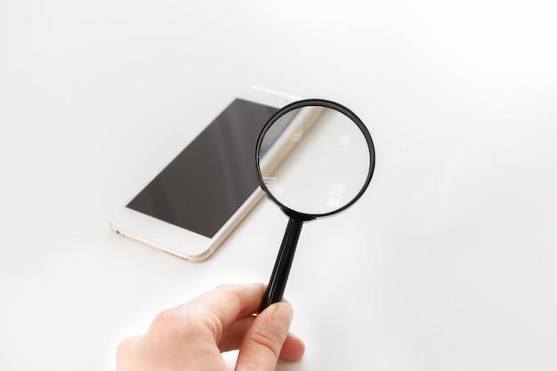 Smartphone met vergrootglas