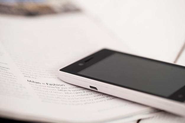 Smartphone op een tijdschriftenhoek