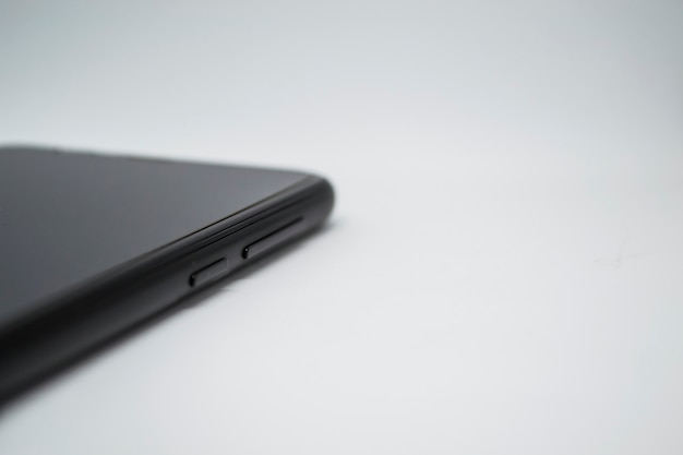 Smartphone op een witte achtergrond de smartphone ligt zijwaarts zichtbare alleen knoppen