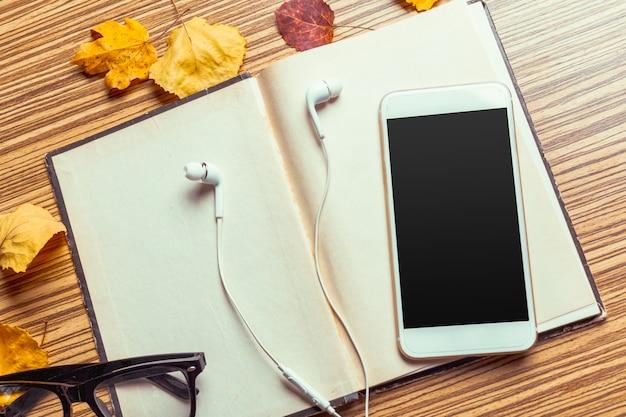 Smartphone op houten tafel