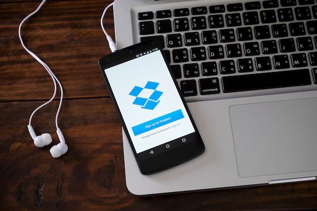Smartphone op laptop toetsenbord