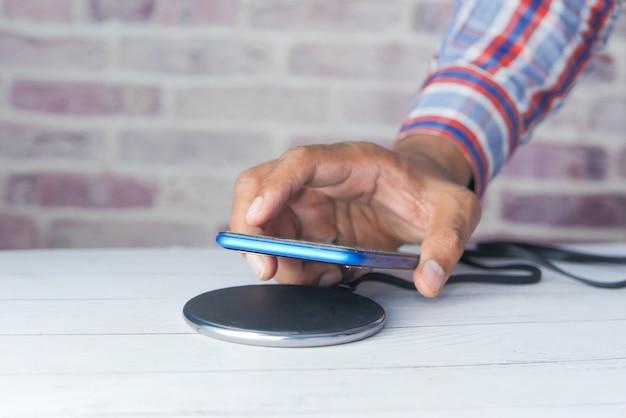 Smartphone opladen met draadloos oplaadstation,