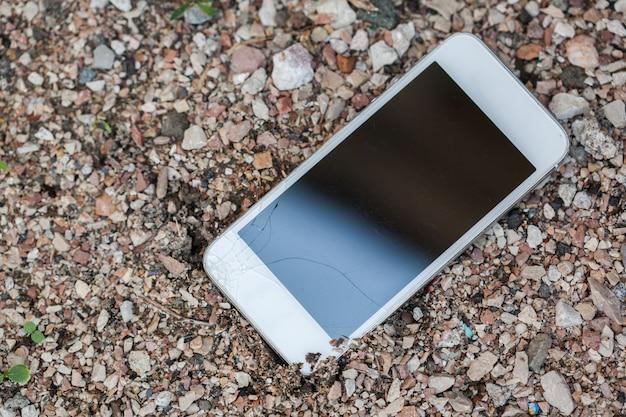 Smartphone valt op de vloer en schermbeschadiging