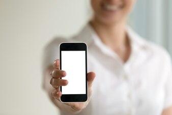 Smartphone van de vrouwenholding, het modelscherm voor mobiele advertenties, exemplaarruimte