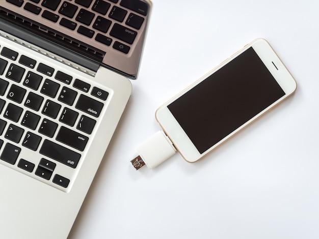 Smartphone verbonden met externe opslag en laptop