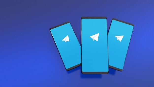 Smartphones met telegramlogo op scherm over blauw