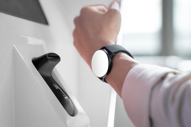 Smartwatch contactloos en contant betalen