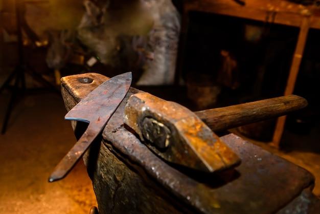 Smeden en aambeeld gebruikt bij het maken van messen.