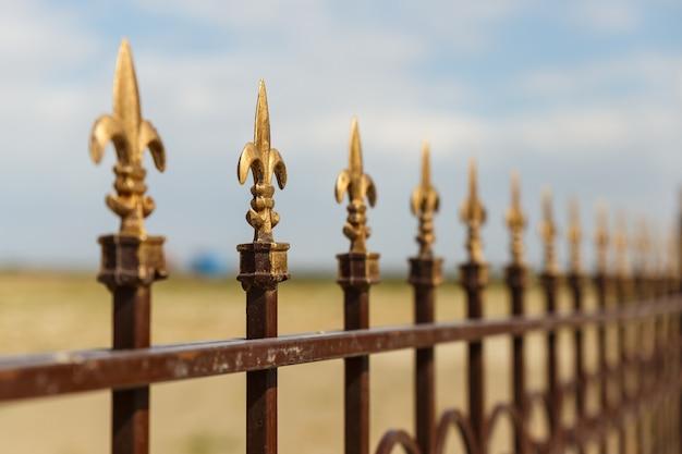 Smeedijzeren hek met decoratieve pijlen