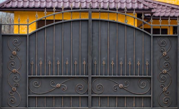 Smeedijzeren poorten, siersmeedwerk, gesmede elementen close-up.