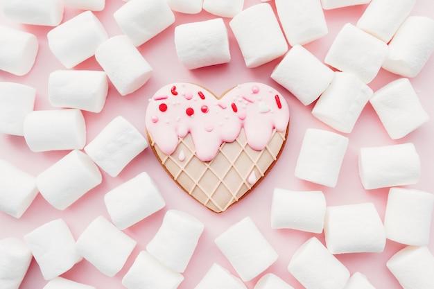 Smelt ijs hart peperkoekkoekje, marshmallow. valentijn. roze achtergrond. hoge kwaliteit foto