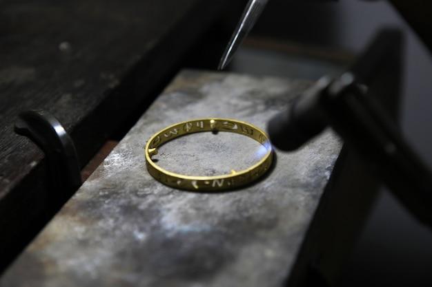 Smelten van gouden sieraden door gas.
