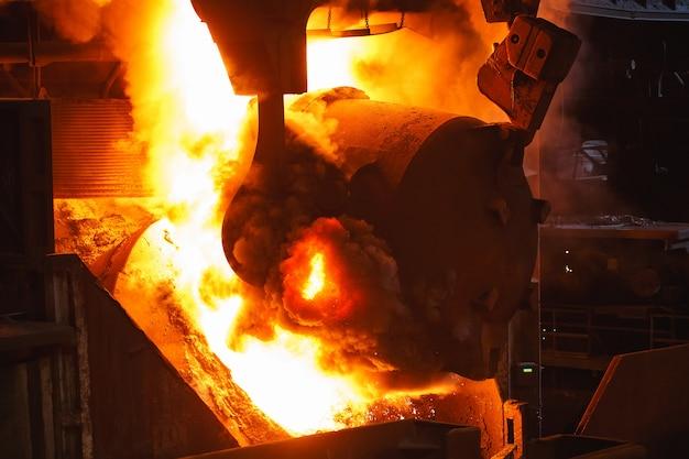 Smelten van het metaal in de gieterij