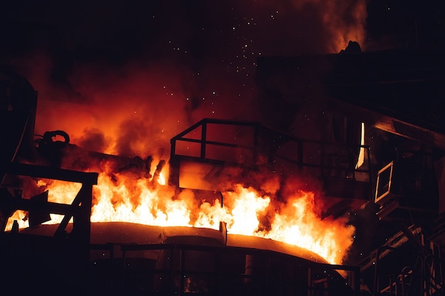 Smelten van metaal in een staalfabriek. hoge temperatuur in de smeltoven.
