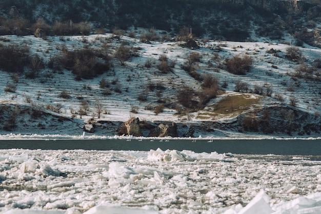 Smeltend gemalen ijs in water in de natuur