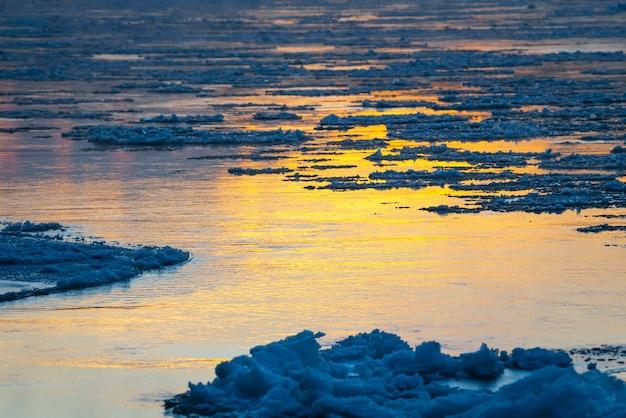 Smeltend ijs dat op het wateroppervlak stroomt. ijs drift op de rivier. opwarming van de aarde.