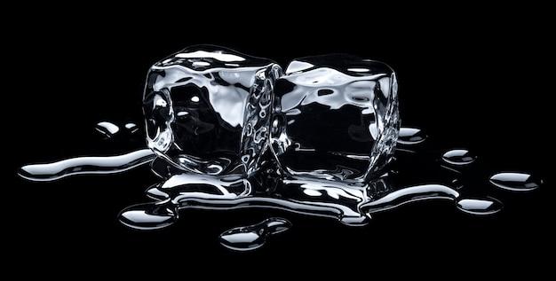 Smeltende ijsblokjes met waterdruppels op zwarte achtergrond