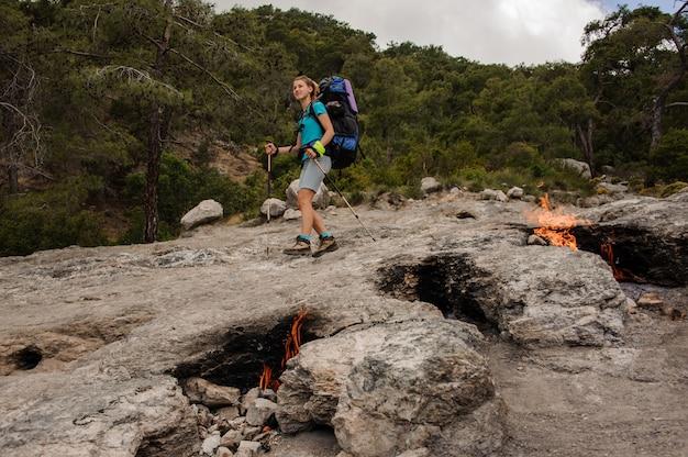 Smeulende branden voor vrouwelijke toerist