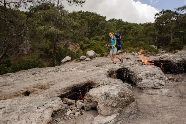 Smeulende kampvuren voor vrouwelijke toerist
