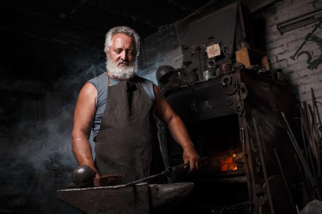Smid met borstel behandelt gesmolten metaal