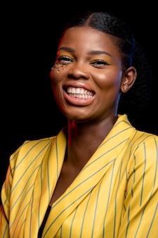 Smiley afrikaanse vrouw in geel jasje