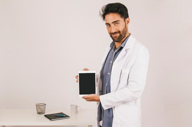 Smiley arts die het scherm van de tablet toont