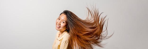 Smiley aziatische vrouw die lang haar heeft