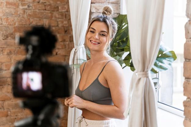 Smiley beauty vlogger die een video doet