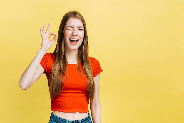 Smiley blondemeisje met exemplaarruimte